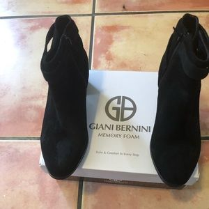 New Giani Bernini Suede Black boots. Size 8